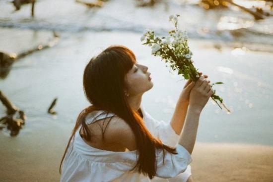 每想你一次,天上飘落一粒沙  伤感失落背影女生唯美图片