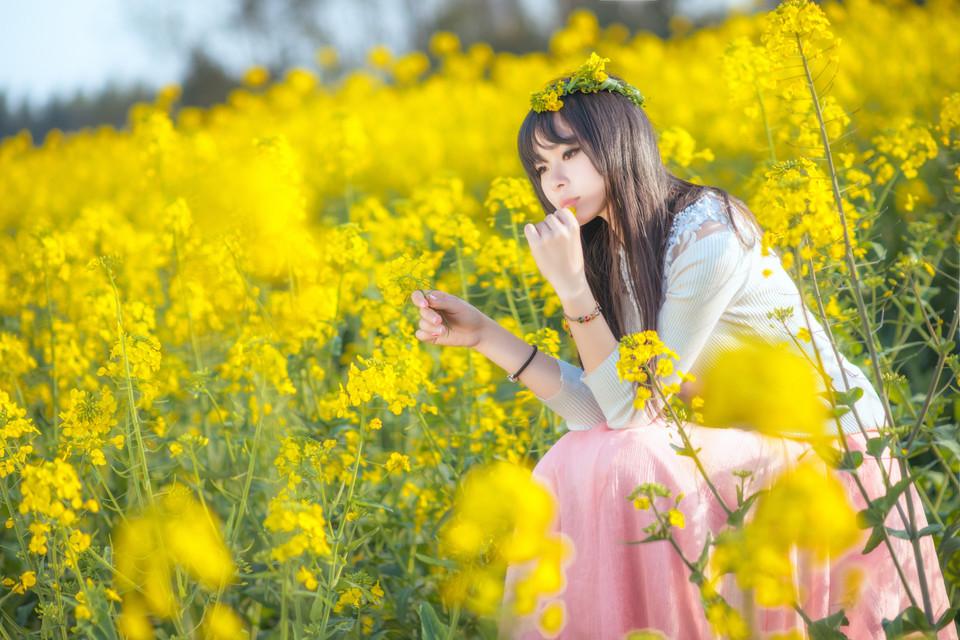 唯美清新森系女生漫步花海唯美图片