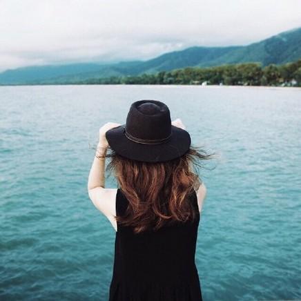 外国美女伤感的孤单背影意境图片