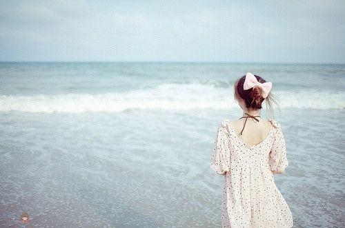 华丽的背后 看海女生背影伤感图片
