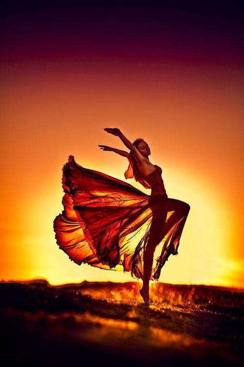 落日余晖少女翩翩起舞唯美意境图片